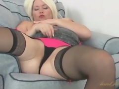 Curvy Amber Jewell masturbates her milf snatch