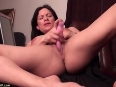 Big love button milf has sex with a pink sex toy